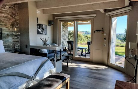 camera d'albergo di lusso in toscana con terrazzo e caminetto