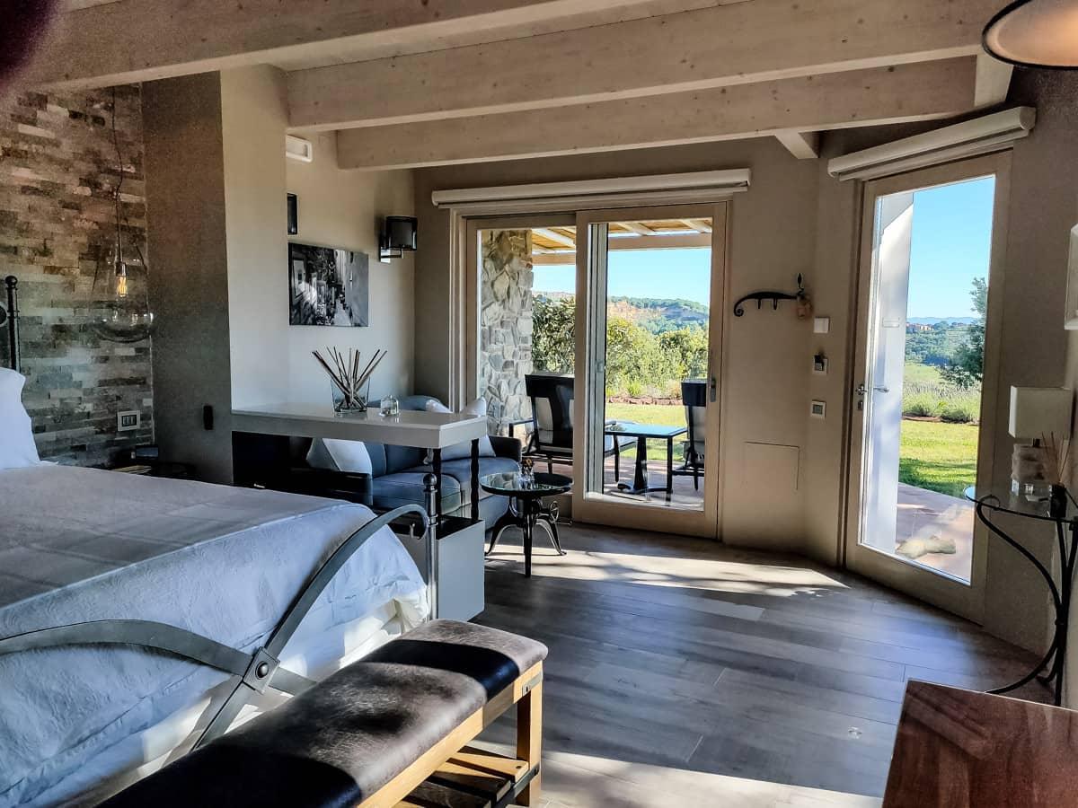 luxe hotelkamer in Toscane met terras en open haard