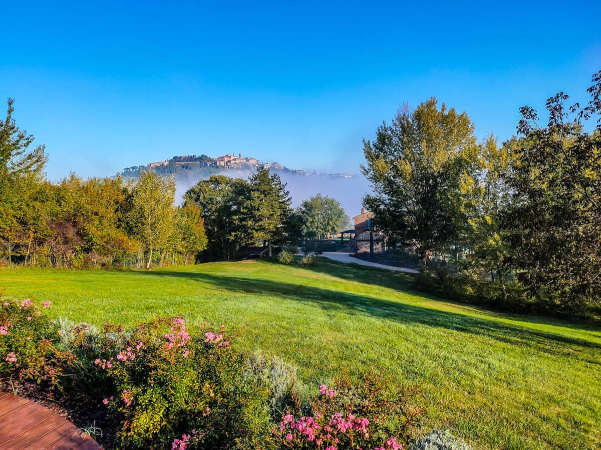 Toscaanse-ochtendnevel-yoga-meditatie-uitzicht-op-montepulciano